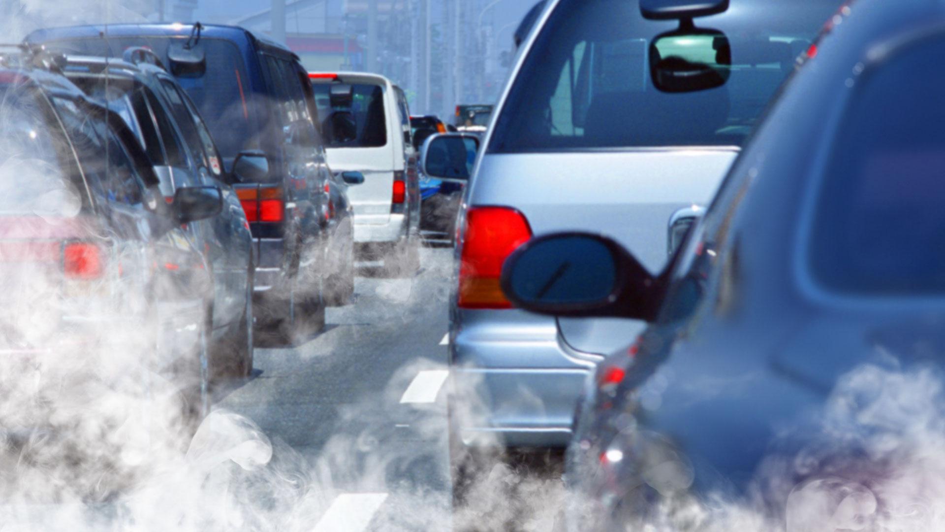 Quels peuvent être les impacts des polluants émanant des voitures sur la santé et l'environnement ?